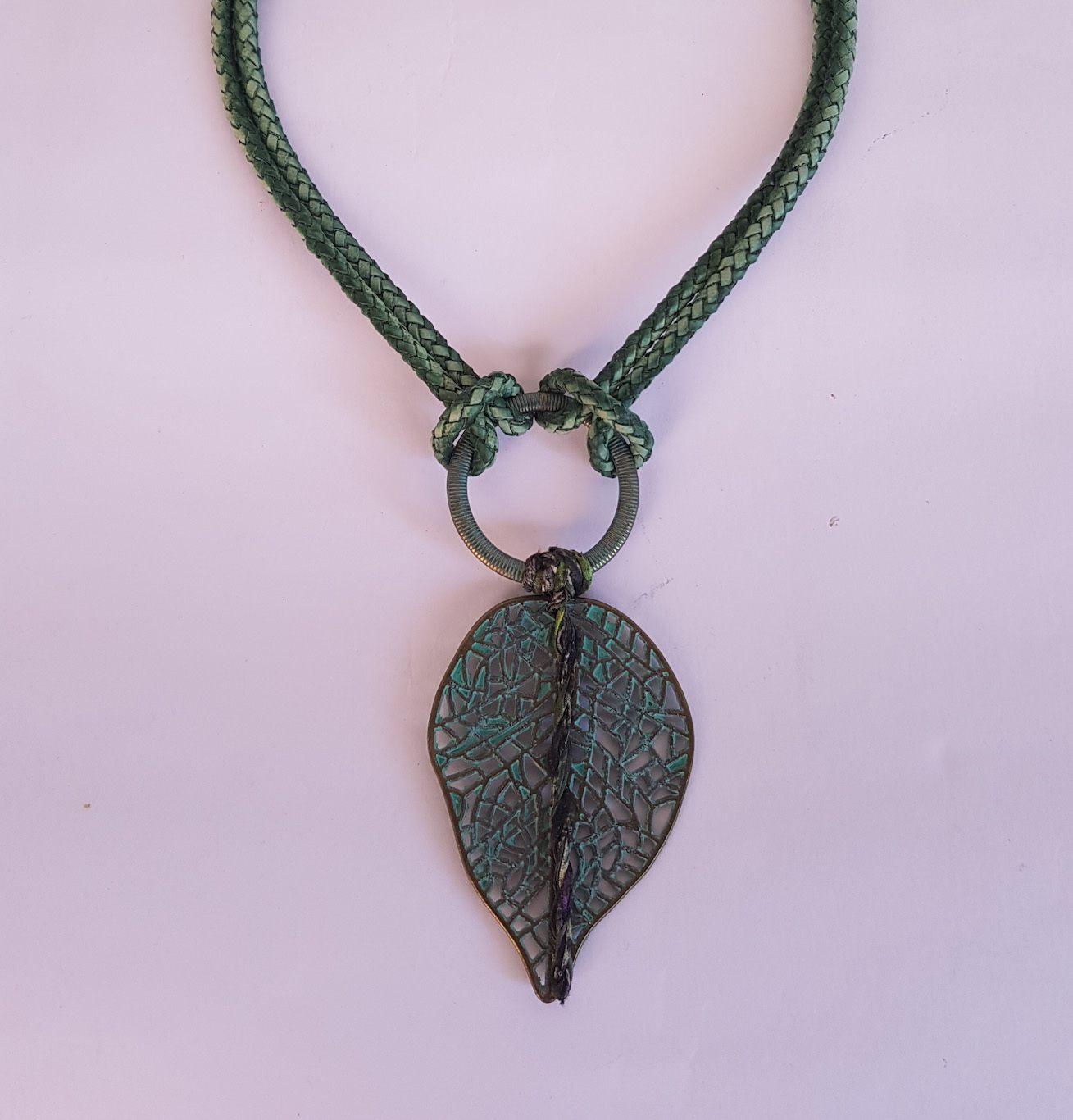 """Colar """"green leaf"""""""