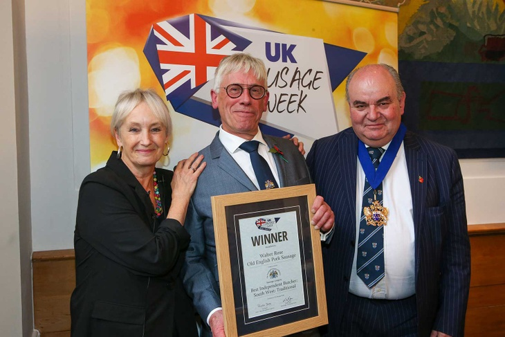 The Master Tim Dumenil and Lesley Waters present the award to Walter Rose & Son (photo credit: Meat Management).