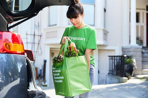 instacart employee delivering groceries
