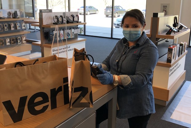 verizon employee inside store with mask on