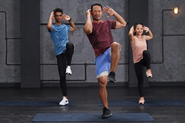 cure.fit instructors doing a workout