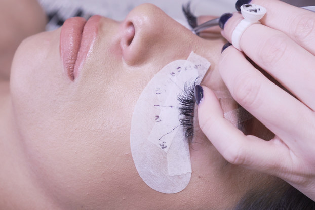 woman getting her eyelash extensions done