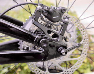 Detail image of the Rift Zone 27.5 1 rear dropout, with the upgradable 141x9mm axle
