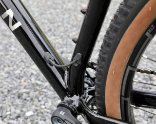 Detail image that shows the dropper post housing running from the downtube to the seattube