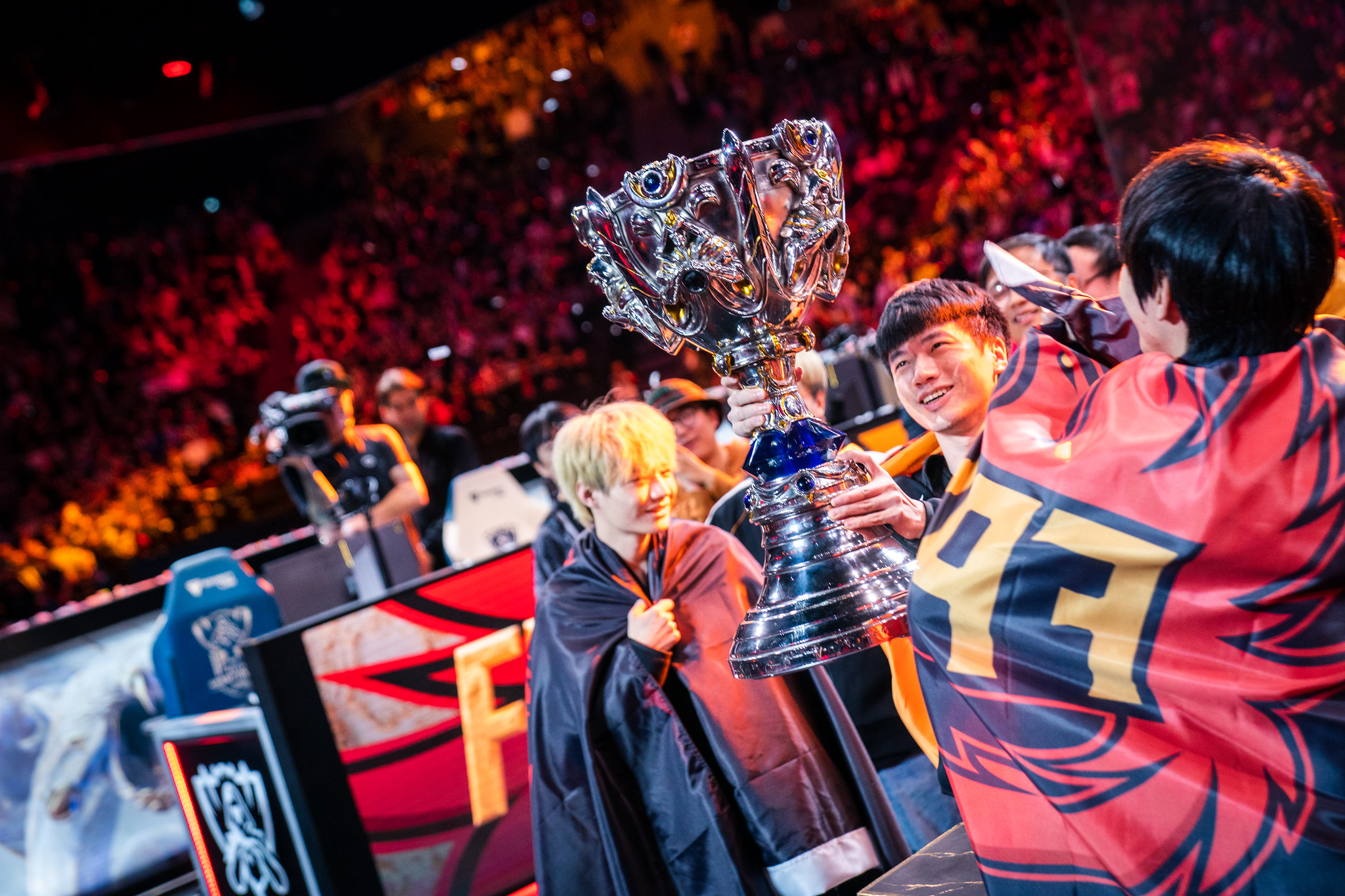 FPX lifting Summoner's Cup at Worlds 2020