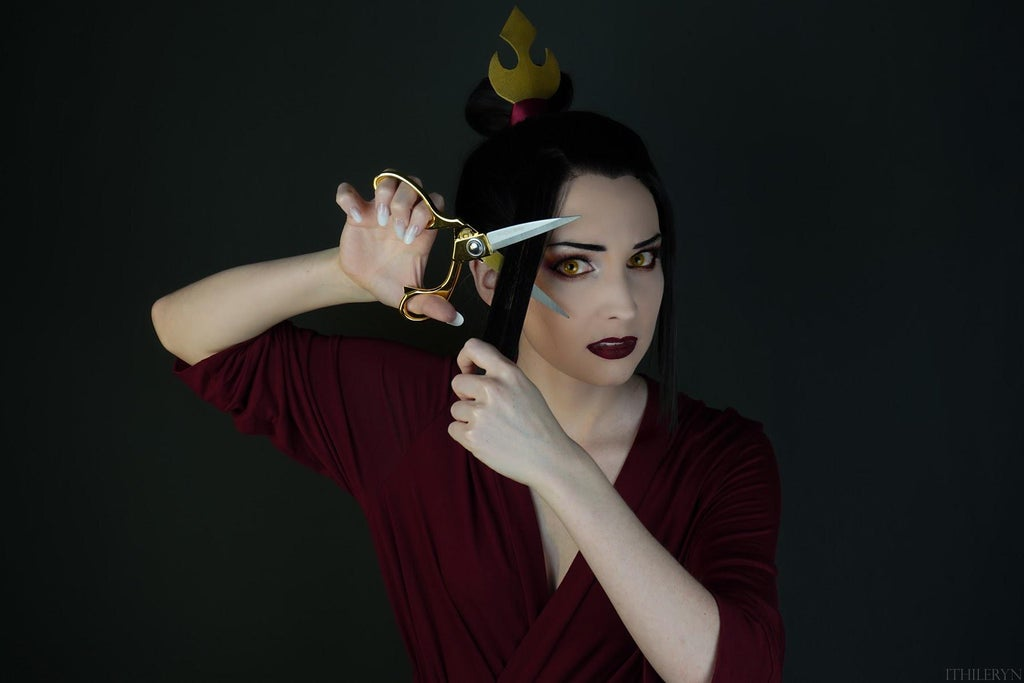 Ithileryn recreated one of Azula's most famous scenes from Avatar: The Last Airbender with her perfect cosplay.