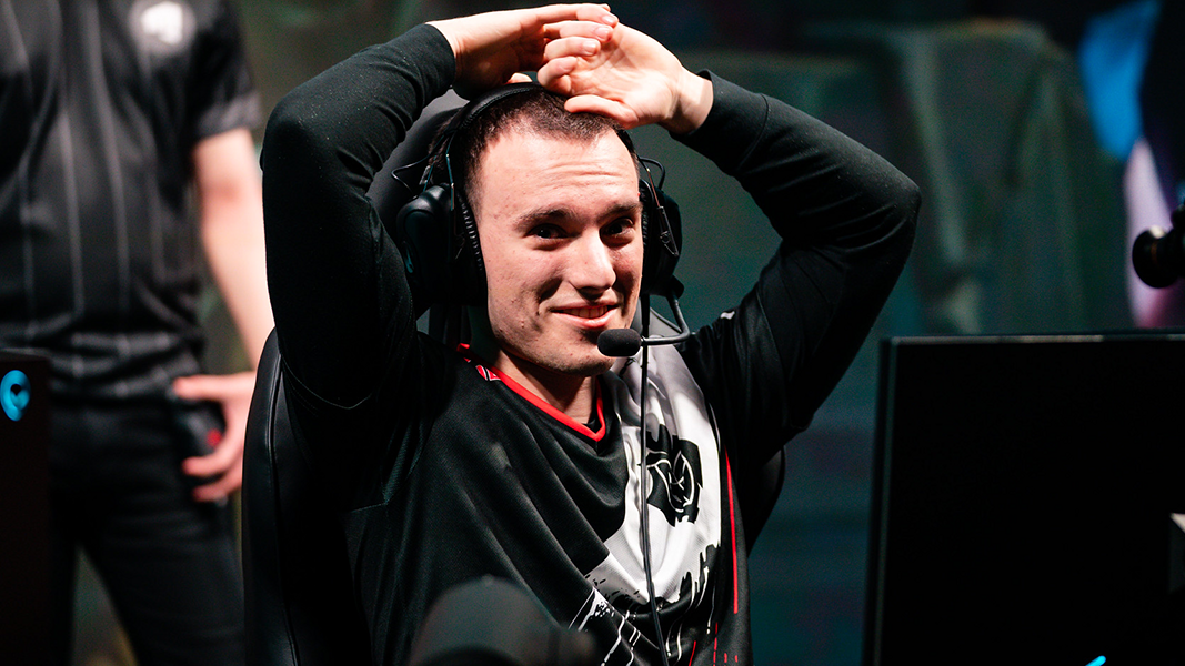 Perkz putting his hands on head at LEC
