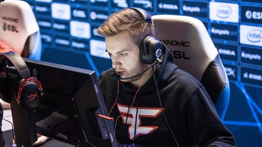 NiKo playing CSGO for FaZe