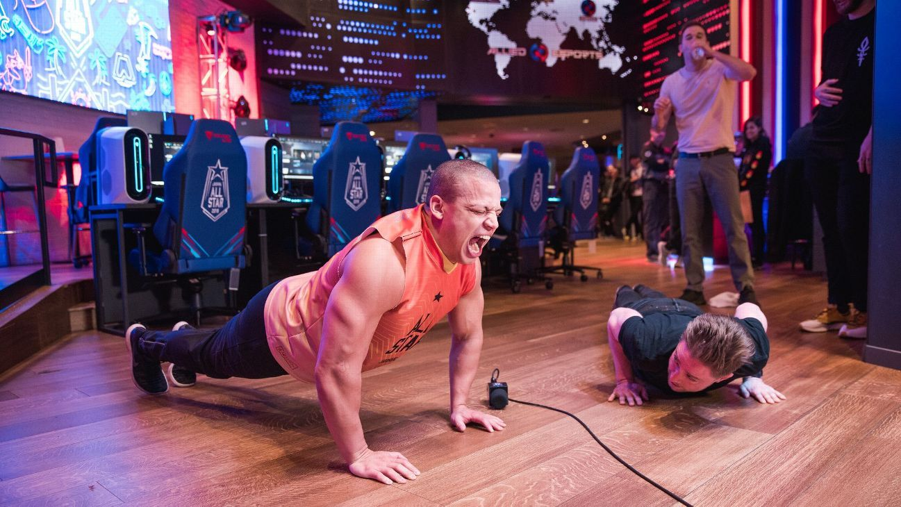 Tyler1 doing pushups at all star event
