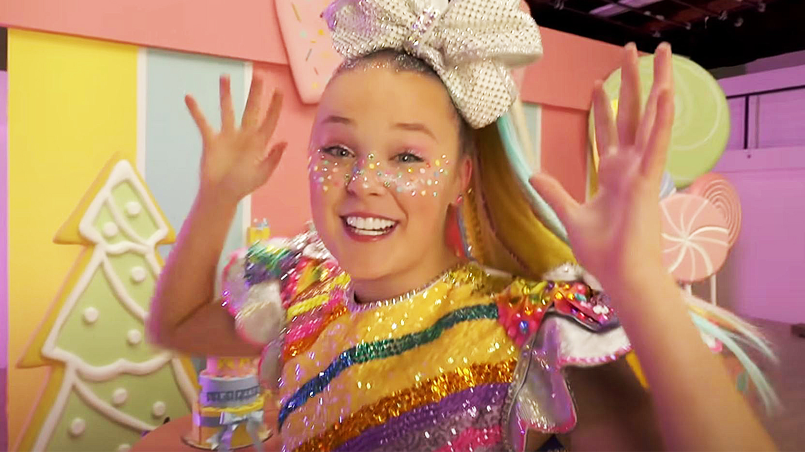JoJo Siwa releases first pictures with new girlfriend