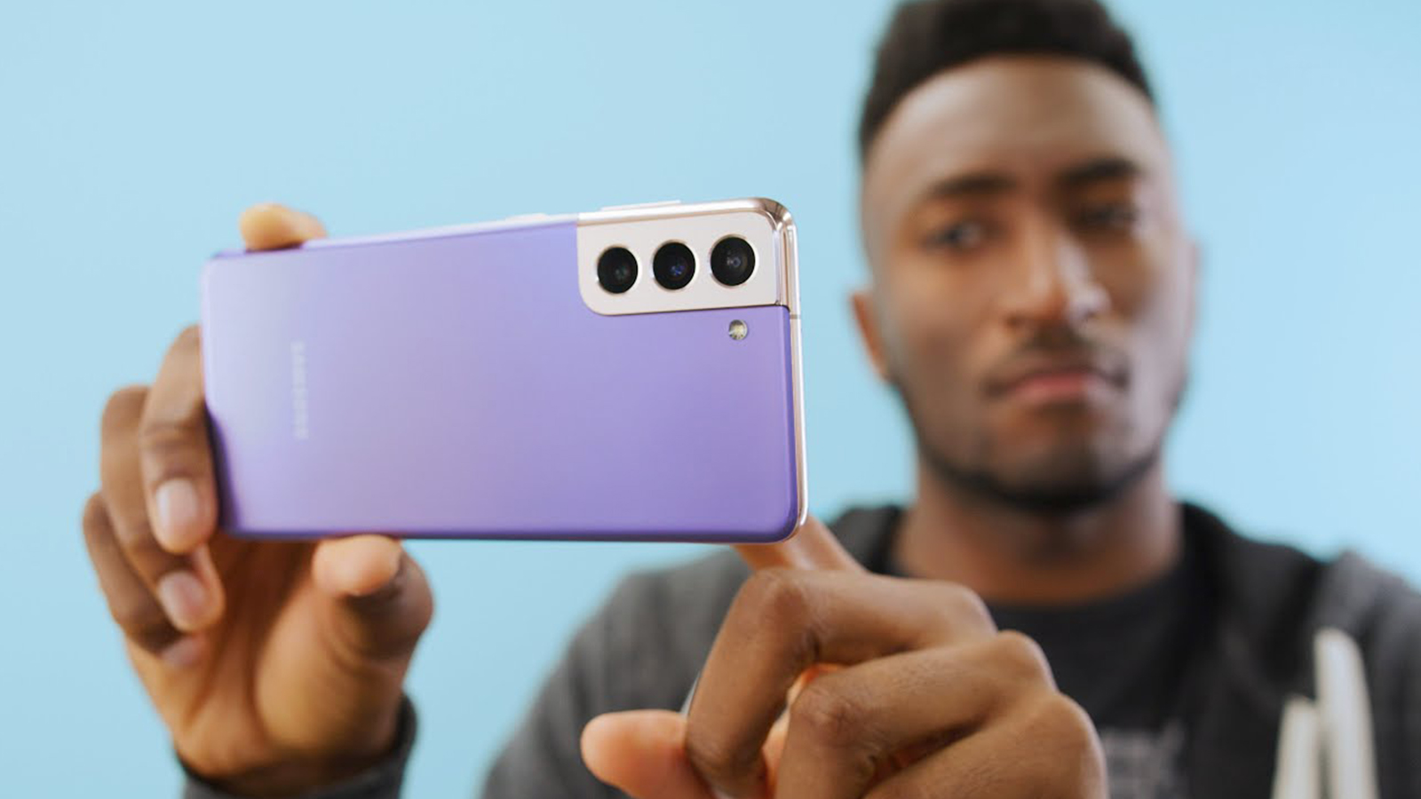 MKBHD reviewing Samsung S21