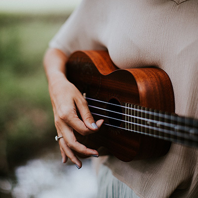 Woman guitar 400x400