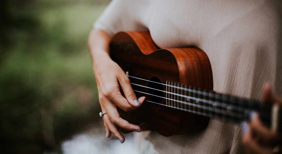 Woman playing guitar 72px
