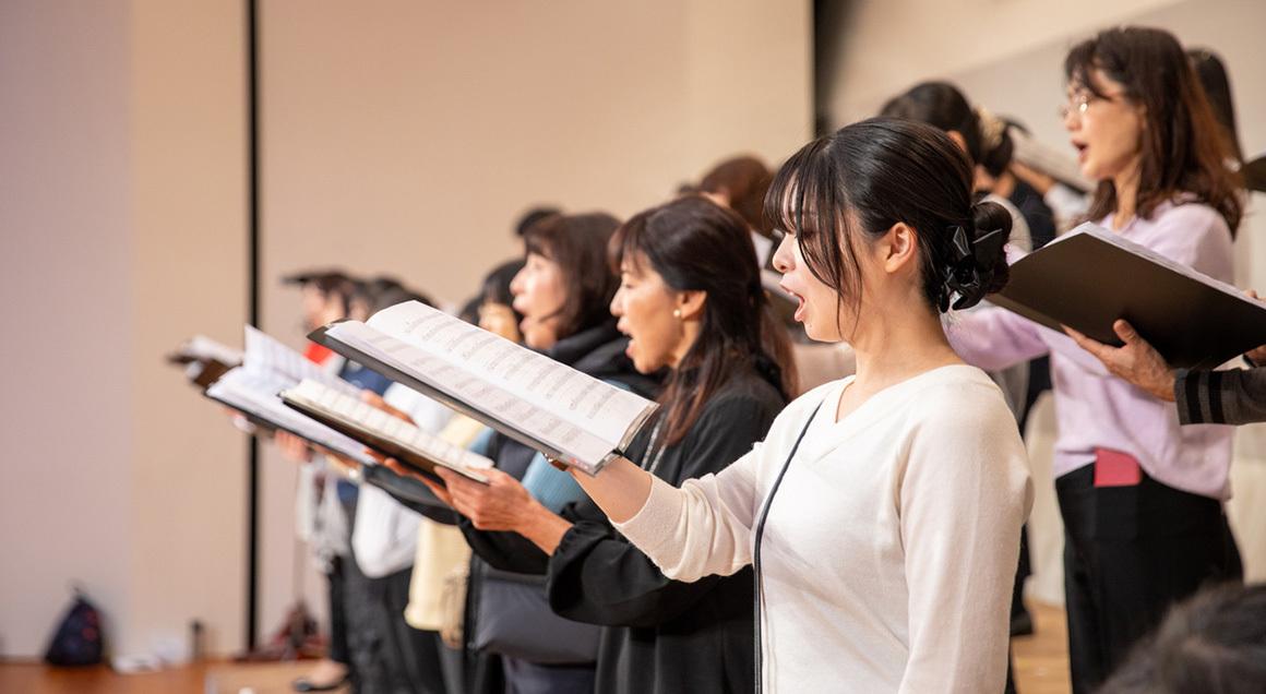Women singing in choir 72px