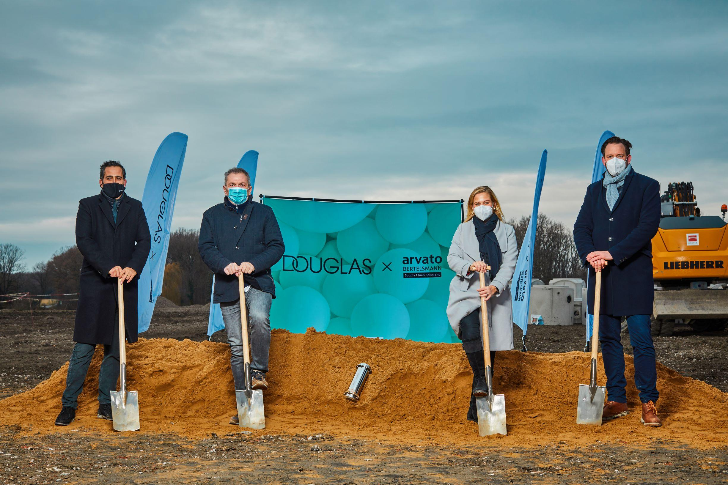 Picture: from left to right Alexander Moell (Senior Managing Director, Hines Immobilien), Frank Schirrmeister (CEO, Arvato Supply Chain Solutions), Julia Börs (President Consumer Products, Arvato Supply Chain Solutions), Christian Meister (Managing Director, Hines Immobilien)