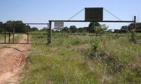 *GATE TO CEMETERY,  - Limestone County, Texas |  *GATE TO CEMETERY - Texas Gravestone Photos