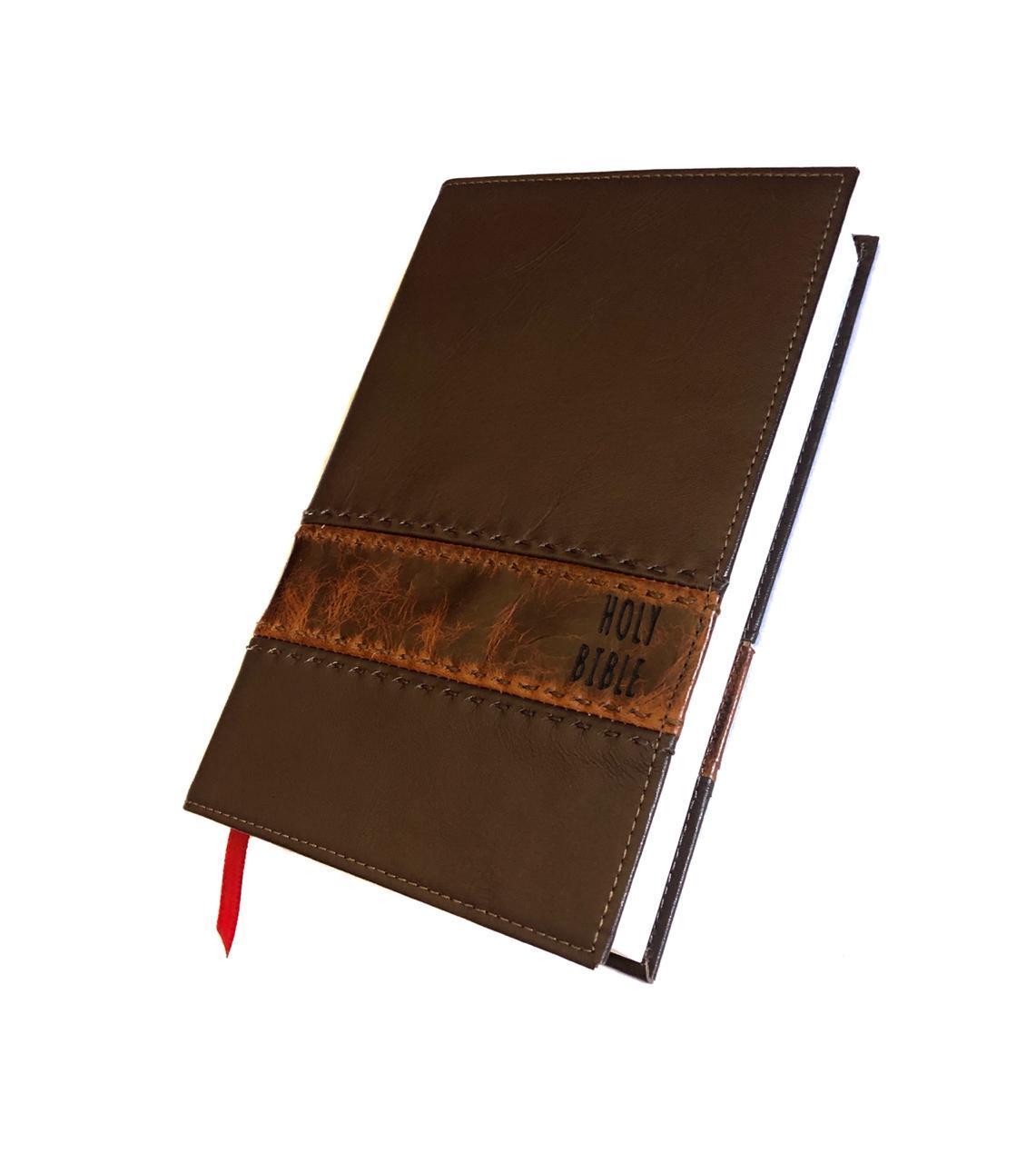 BÍBLIA COM CAPA DE COURO MARROM COM COSTURA A MÃO