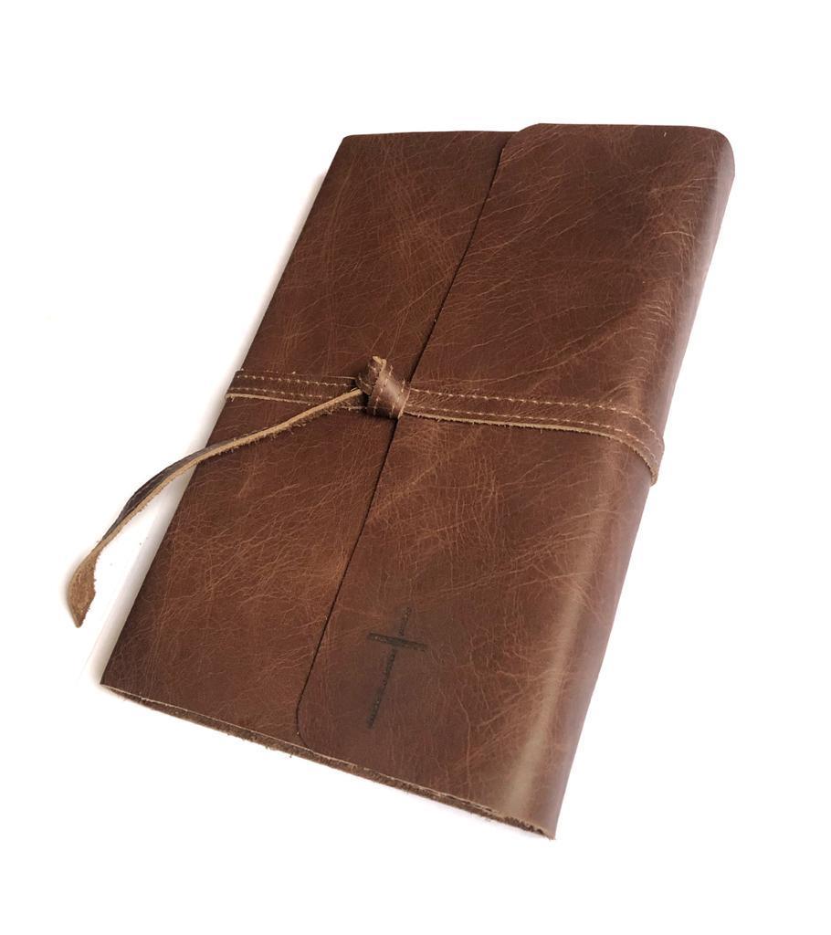 BÍBLIA COM CAPA DE COURO MARROM ESTONADO COM AMARRAÇÃO