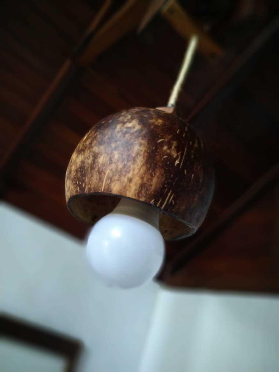 Luminária pendente com casca de coco