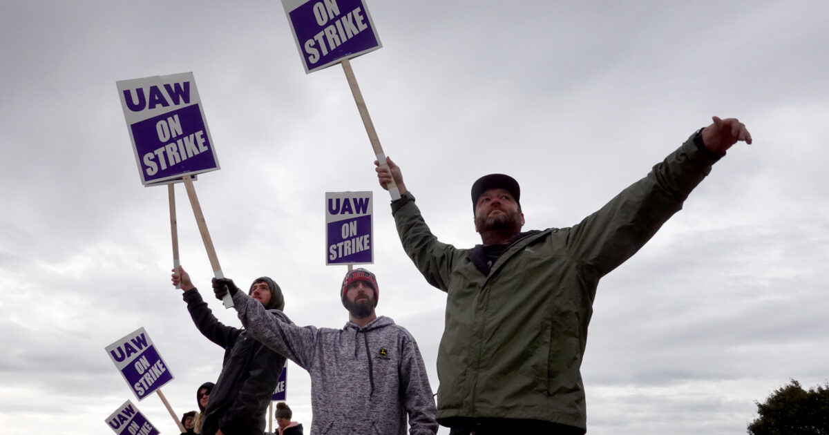 For the $10 Billion It Gave Shareholders, John Deere Could Have Given Each Worker $142,000 - Workers made a fortune for shareholders over the last six-year contract. They should demand that they get paid their true worth before shareholders get a penny.