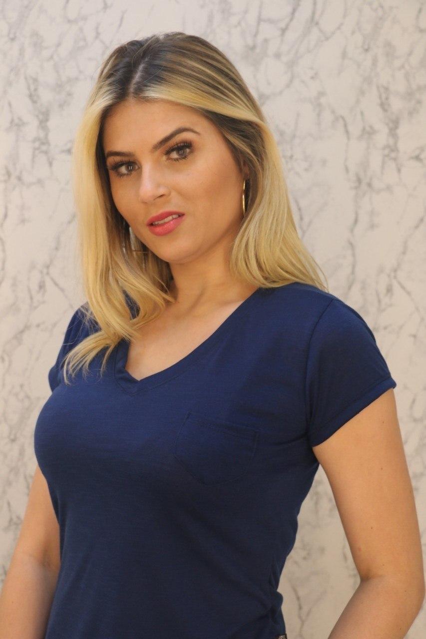 Blusa T-Shirt Azul Marinho Gola V Com Bolso Malha Flamê Rarêrê
