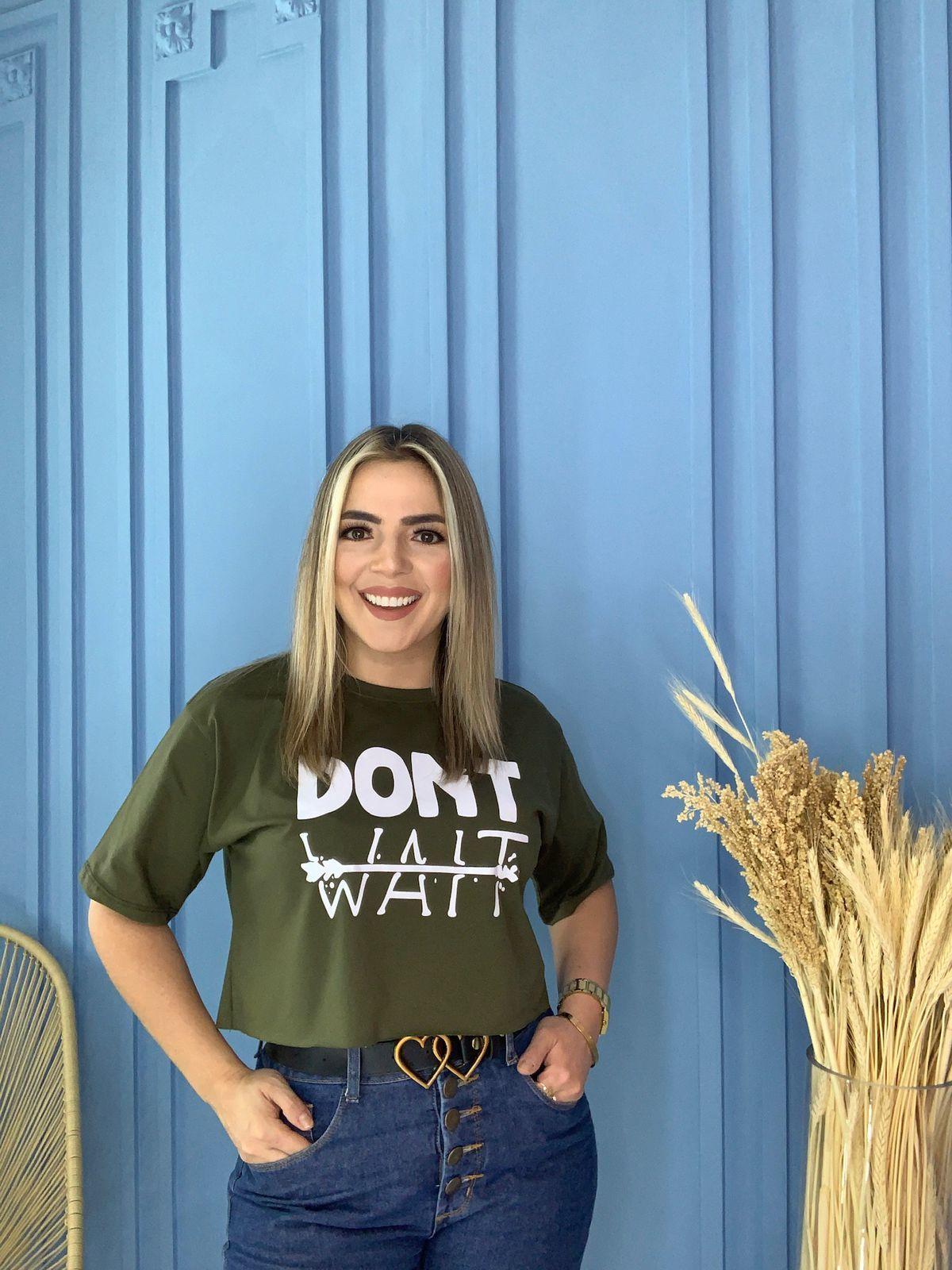 Blusa T-Shirt Cropped Verde Militar Estampa Don't Wait Phelps