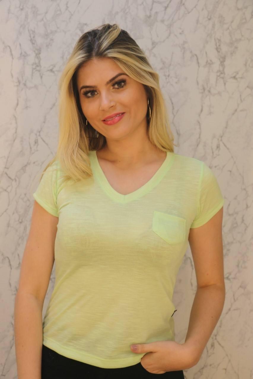 Blusa T-Shirt Verde Gola V Com Bolso Malha Flamê Rarêrê