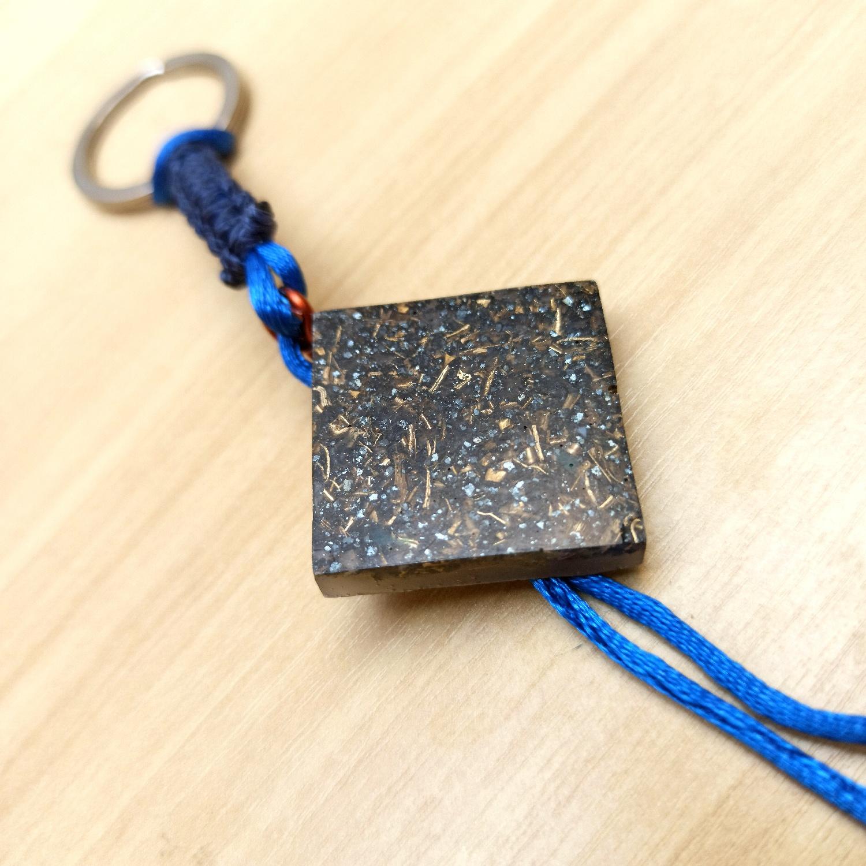 Chaveiro de Orgonite de Turmalina com Fita Azul