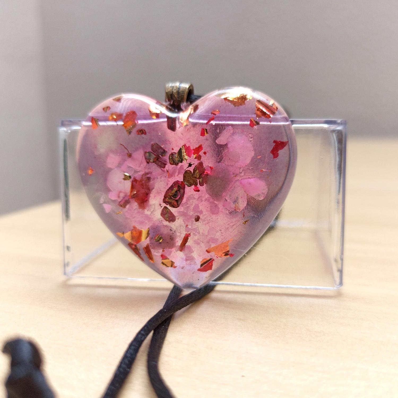 Colar de Orgonite - Coração com Quartzo Rosa
