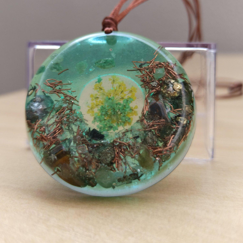 Colar de Orgonite - Flor com Quartzo Verde