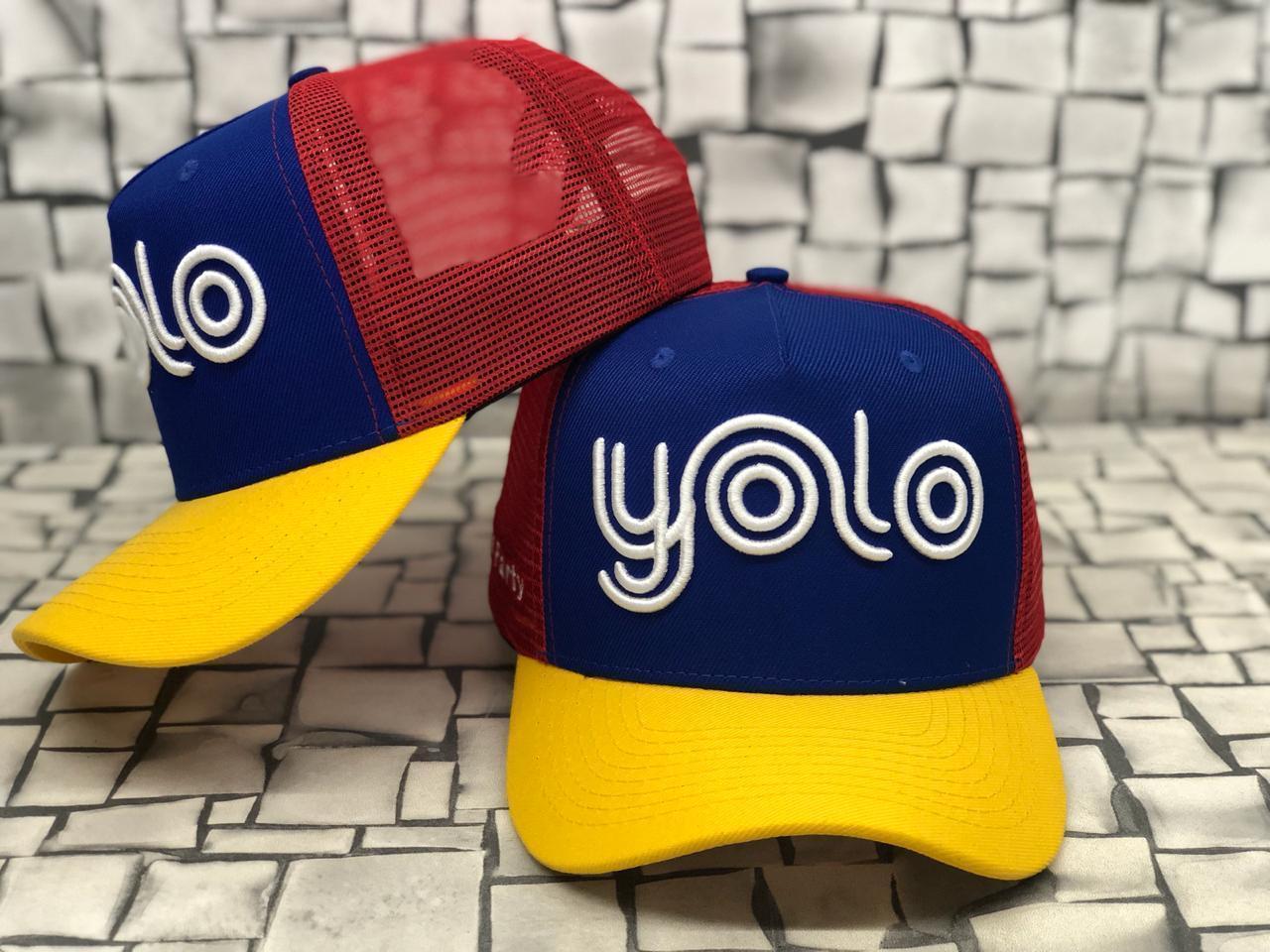 Boné Yolo azul, vermelho e amarelo logo branca