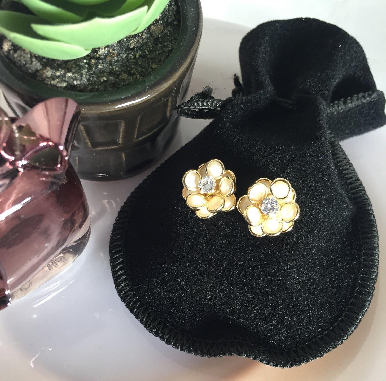 Brinco de flor perolado cravejado com zircônia de cristal e banhado a ouro 18k