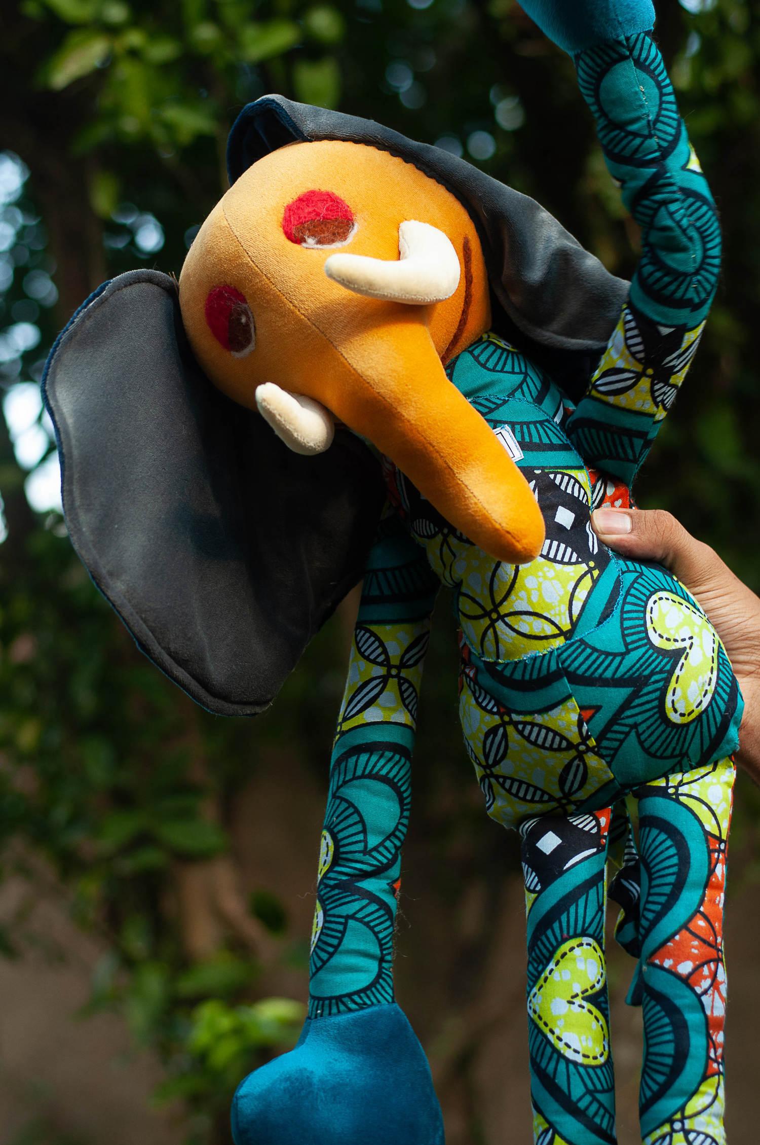 Elefante Tembo de Pelúcia - Em Tecido Africano