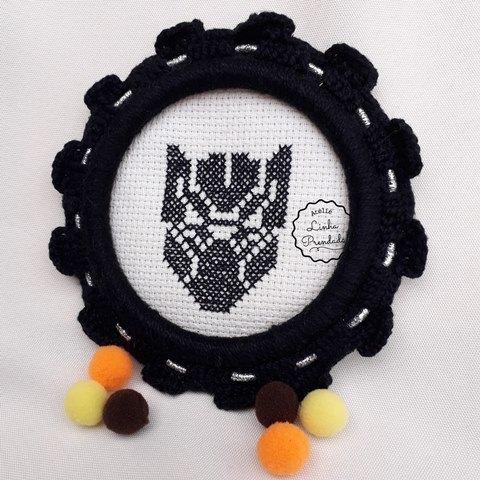 Moldura em Crochê com Pantera Negra bordada em ponto cruz