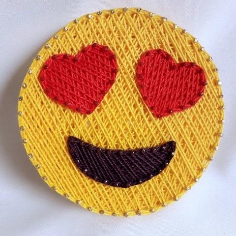 Quadro decorativo em string art Emoji apaixonado