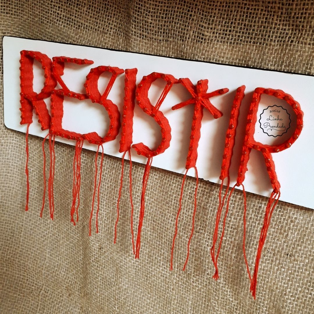 Quadro decorativo em string art Resistir