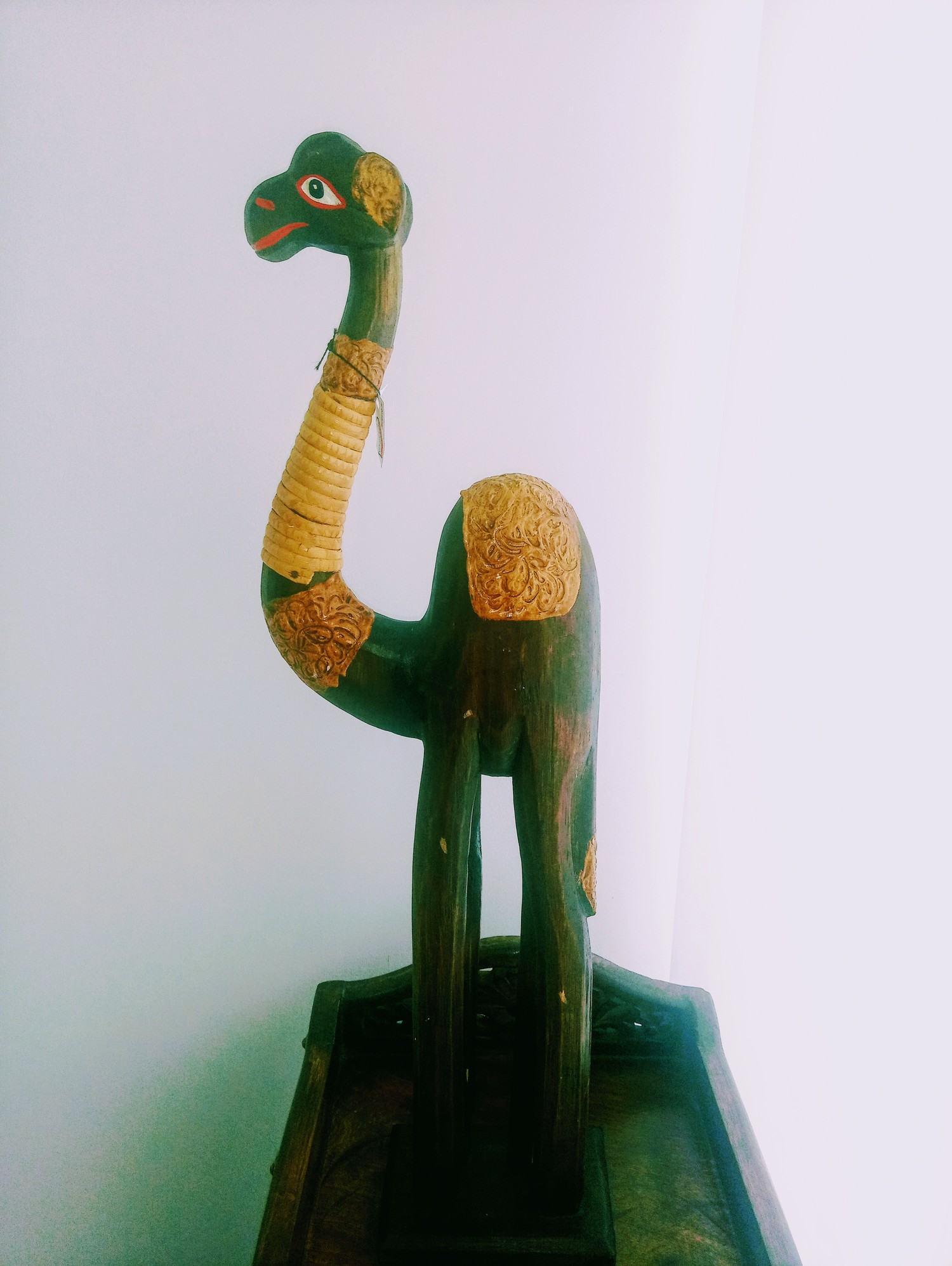 Camelo em madeira importado da Indonésia