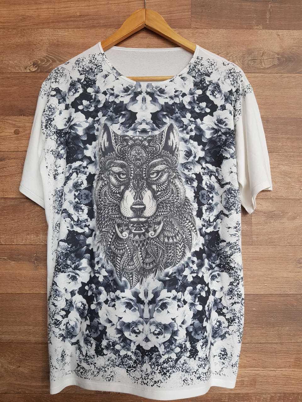 Camiseta Lobo Místico com fundo em tons de cinza