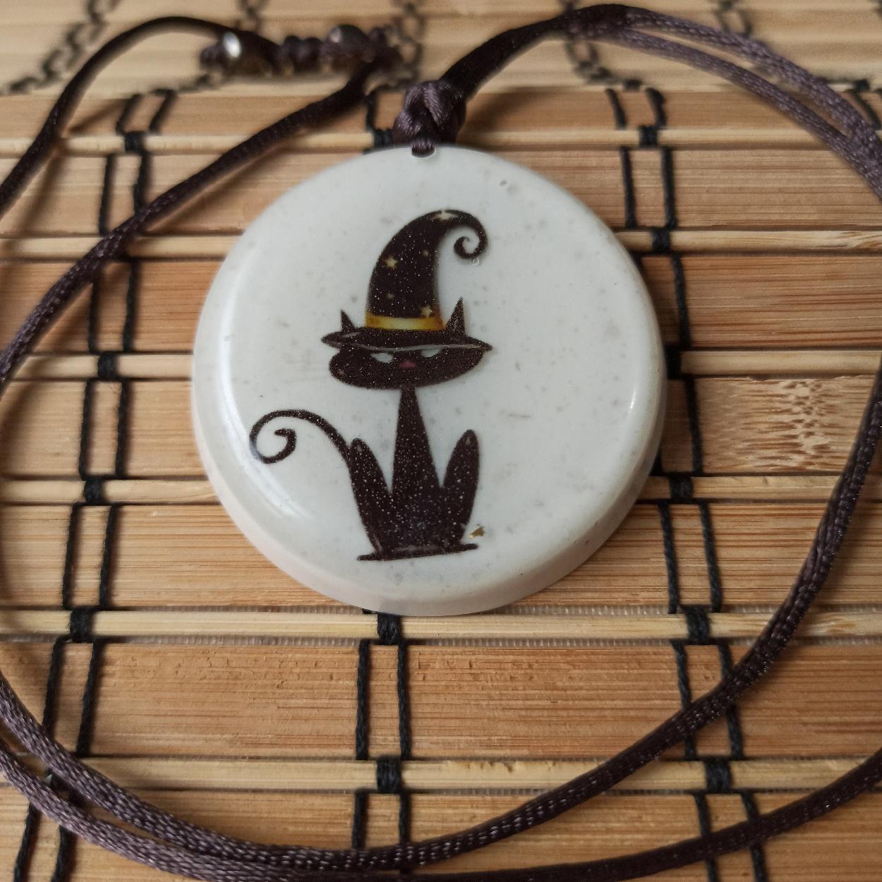 Colar Amuleto de Orgonite - Gato de Chapéu
