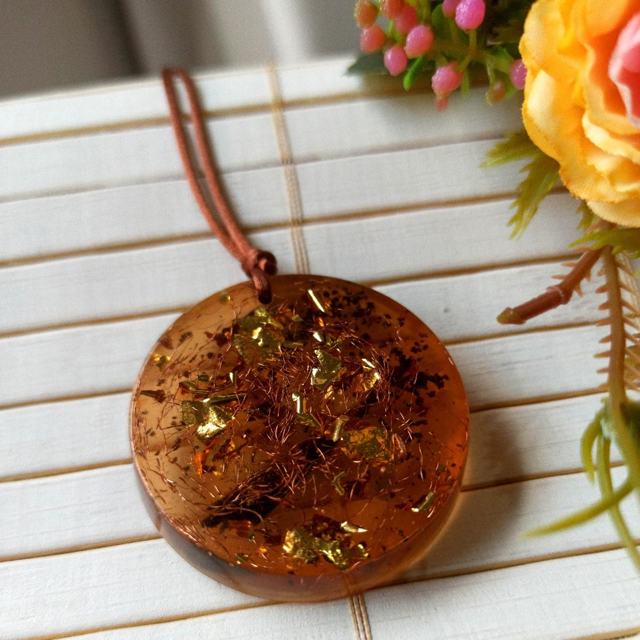 Colar Redondo de Orgonite - Folhinhas de Ouro