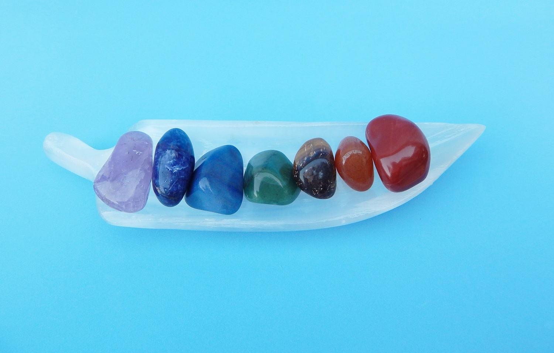 Pedras do 7 Chakras  com Selenita Branca Folha - KIT 08 peças