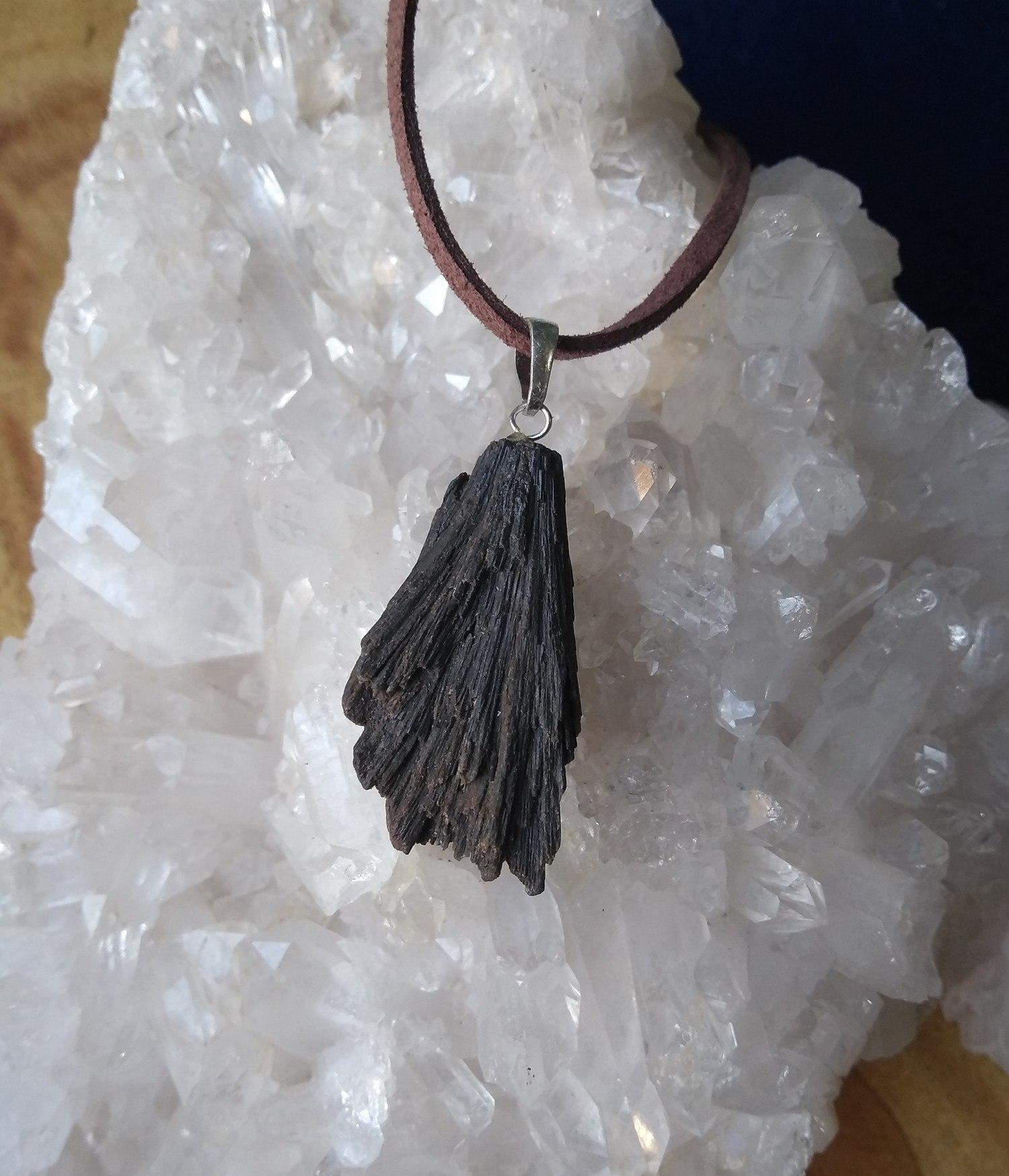 Pingente Vassoura de Bruxa Pedra Cianita Negra Proteção