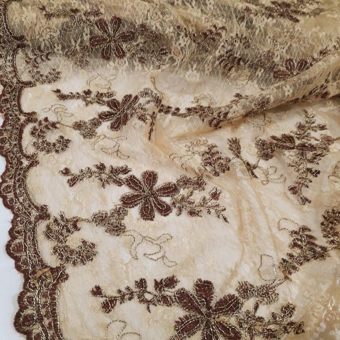 Tecido renda bordada bege com  marrom