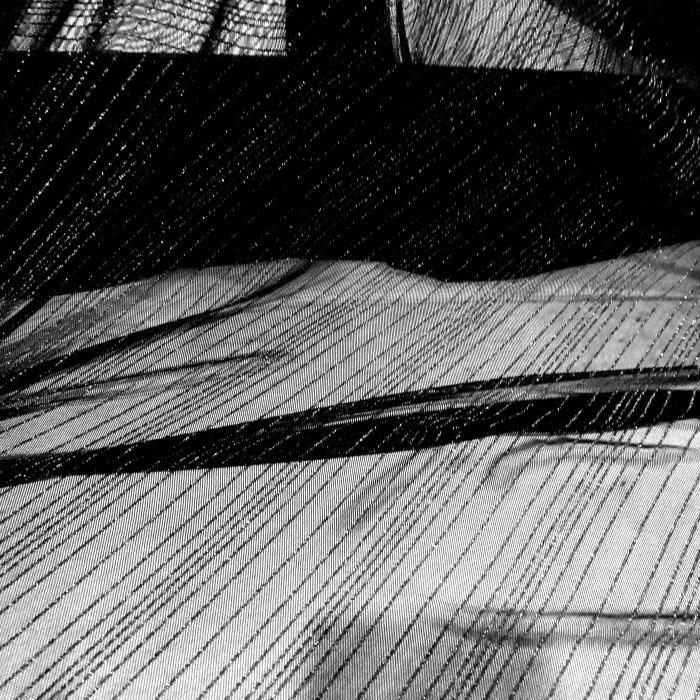 Tecido tule de malha listrado com fio metálico preto