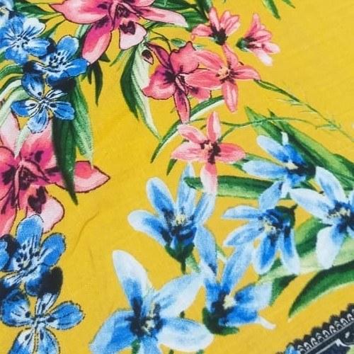 Tecido Viscose Estampada Fundo Amarelo Com Flores Azul e Rosa