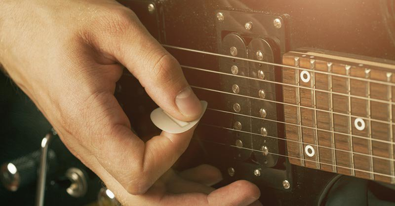 hold-guitar-pick-correctly.jpg
