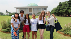 NSLI-Y alumna leads students on a tour