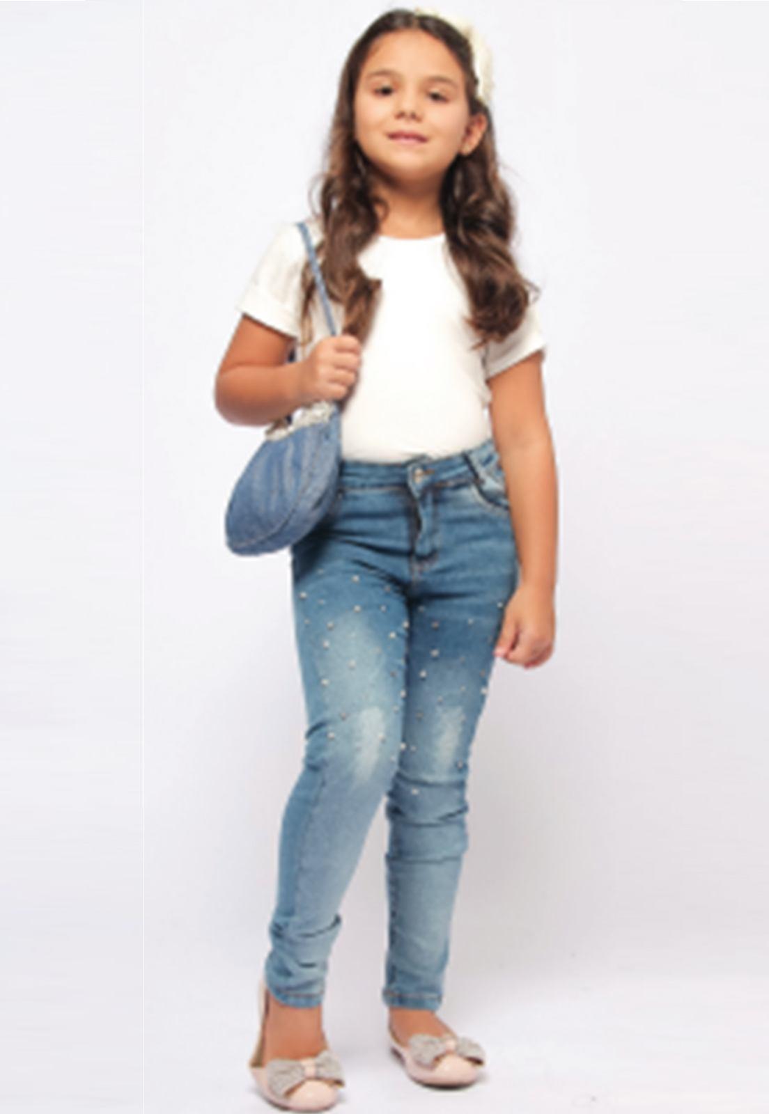 Calça Jeans Delavê com Puídos nas Pernas e Apliques de Pérolas Ref. 234