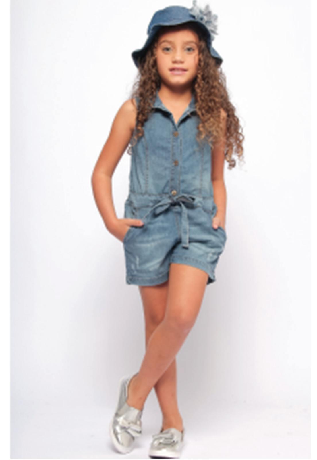Macacão Jeans com Puídos e Lacinho na Cinura