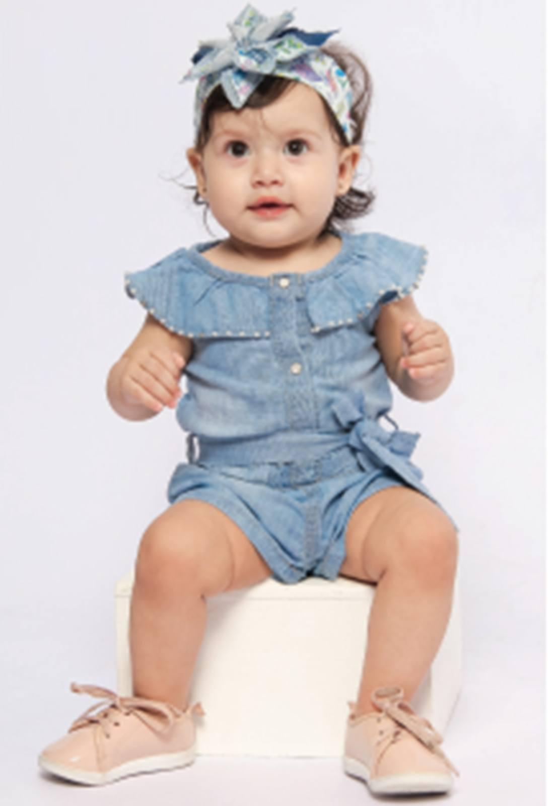 Macaquinho Jeans Claro com Aplique de Pérolas e Botão de Pressão